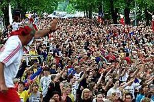 Foto: GUN WIGH Kring 6000. Tjejer, kvinnor eller damer. Hur som helst så var de många som ställde upp för att springa, eller åtminstone ta sig runt, den 14:e upplagan av Vårruset. Här håller Friskis och svettis uppvärmning.