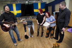 """Lars Lilja, Jessica Thelin, Malin Norling, Kerstin Erkelius, Robert Sten och Ida Bois (som saknas på bilden) sätter tillsammans upp """"The swedish night show"""" i Torsåkers bygdegård i mars."""