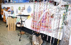 Totalt är det drygt 40 hantverkare som är med och får sina saker sålda i butiken, vilket ger en bra bredd i utbudet, vilket syns bland annat här på en av väggarna och …