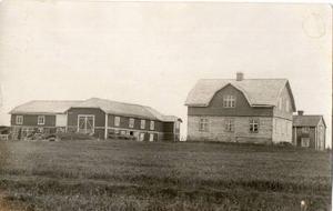I Orrviken bodde Ivar Lo-Johansson i den del av ladugården som utgjordes av bryggstugan, den utskjutande delen längst bort i bild. Fotot är från 1922. Husen på bilden är nu borta.