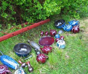 Delar av Frank Larsens nybrända keramik.