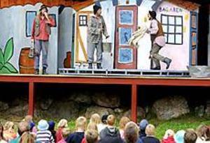 Foto: ANDREAS BARDELLTeaterintresse. Både barn och vuxna njöt av barnteatern Folk och rövare i Kamomilla stad