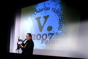 Improviserat. Mikael Rosén skulle ha invigt festivalen, men han var sjuk. I stället fick Glen Bergsten, festivalögeneral, improvisera ett tal.