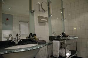 Carolinasviten på Elite Hotel Knaust. Om man är ett par som övernattar finns det dessutom två handfat i badrummet.