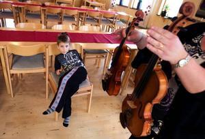 """Don efter person. Eleven Kevin Eriksson spelar på den mindre fiolen. """"Fiolerna finns  i alla storlekar"""", förklarar musikläraren Marianne Nilsson. Foto: Håkan Luthman"""