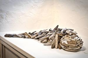 Björn Dahlströms verk plockepinn består av små bitar som likt drivved formats till figurer.