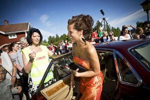 Sofie Ångström, balens värdinna, glider ur bilen beundrad av sin mamma, Inger Ångström, hotellchef på Järvsöbaden, som för tillfället agerade parkeringsvakt.
