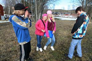 Intresset var stort när Kulturbussen kom till byn. Det är kul att lära sig mer om film och foto, säger Johannes Myhr, Emone Tjärnås, Stina Olsson och Lave Rosén.