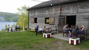 Spelmän, fikagäster, kolbullestekare – alla kunde njuta av den varma sommarkvällen och den ljuvliga utsikten över norra Dellen då det den 1 juni var premiär för onsdagarnas kvällsstämmor på Norrbo hembygdsgård.