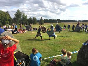 Envig i solskenet. Fredrik Hellman och Karl Kronlund drabbar samman under en av vikingauppvisningarna. Här demonstreras en kamp mellan svärd och handyxa.