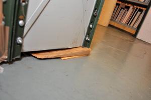 Det är en säkerhetsrisk för personalen att leta böcker i källaren. Bokhyllor måste bland annat stagas upp för att inte rasa.
