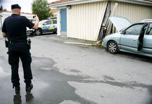 Den 9 augusti i Ås blev en bilförare så upptagen av sin mobil att han tappade kontrollen över bilen och körde in i ett förrådshus. Med digitalkamera dokumenterade ordningspolisen Micke Kristiansson skadorna.