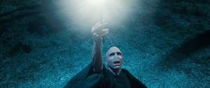 Mörkrets makter växer. Voldemort (Ralph Fiennes) med trollstaven som är en av de tre dödsreliker som gett den sista