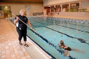 Stöttar. Annette Yngvesson går vid bassängkanten och stöttar eleverna när de övar på att simma. Här är det Amanda Bohman som övar bröstsim. Foto: Veronica Svensson