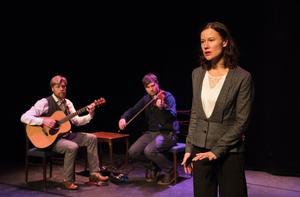 En väl sammansvetsad trio i föreställningen På andra sidan Swede Hollow. Foto: Per Eriksson