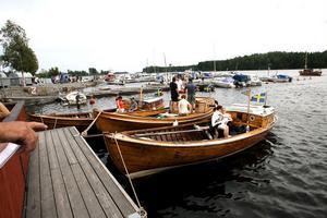 Fiskebåtar med styrhytt vid Borka brygga. Årets träbåt, utan hytt, finns på bild på tidningens förstasida.