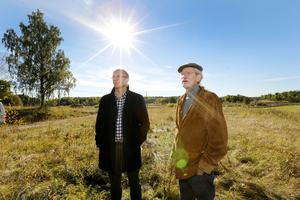 Clarence Crafoord och Ola Hjelm på tomten som enligt myndigheterna inte får bebyggas då det inkräktar på strandskyddet. Nu ligger ärendet hos Europadomstolen som krävt svar av staten.