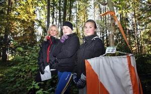 Frisk luft och samarbete för att hitta kontrollerna. Skolorientering är roligare än de först trodde, säger Emelie Öström, Carin Danielsson och Agnes Brunnstedt.Foto: JOHNNY FREDBORG