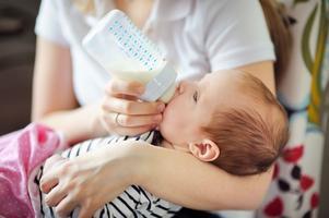 Halterna av de hälsofarliga ämnena i bröstmjölksersättningar är på väg ner, visar Testfakta test.