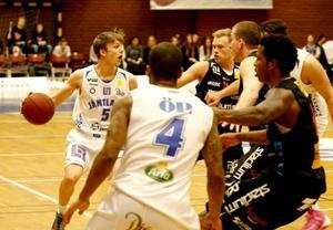 Max Tandberg Wall fick spela fjorton minuter och var en av få ljusglimtar när Jämtland fick storstryk, 61–91, mot Norrköping i sista hemmamatchen innan slutspelet.