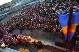 Firande vid Tingshustorget i Bollnäs efter SM-finalen 2010. Anders Bergsten (KD) hävdar att löfte gavs om en hall då.