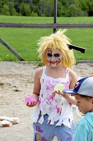 Amanda Mogren, årskurs 3. – Vi har ett spökhus. Det är sådana otäcka ljudeffekter att jag själv blir lite rädd. Det roligaste på Borndagen är att göra saker, säger Amanda som just laddat händerna med vattenballonger.