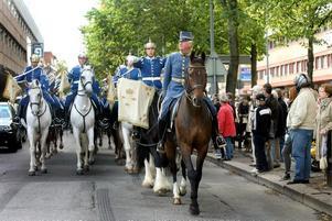 HISTORISK HÄNDELSE Högvakten på parad genom Gävle. Det var en historisk händelse när Livgardets dragonmusikkår med den beridna högvakten i går besökte stan för första gången.