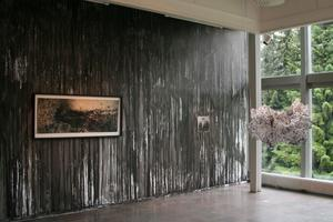"""Väggmålning av Viktor Rosdahl. På väggen: """"Behovet av att se dig död. Resor till Katharsis med Jussi"""" 2008 och """"Dark Throne"""" 2010. Hängandes i rummet: """"Huvet i det blå svart färg på Feoders plexi"""" 2009."""