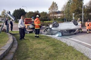 En 65-årig man från Hudiksvall skadades i en singelolycka i rondellen vid södra infarten. Han har förts till sjukhuset.