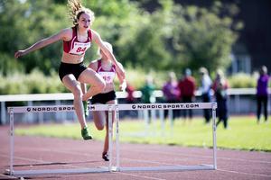 Anna Engelin (ÖGIF) är en löptalang som har blivit trea på SM i 400 meter. På lördagen vann hon 300 meter häck i F17 på tiden 44,77. Drygt sekunden före klubbkompisen Emelie Nyman Wänseth.