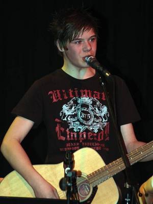 Adam Norling frånw Rätans skola är sångare i gruppen Relatives.Foto: Lennart Mattsson