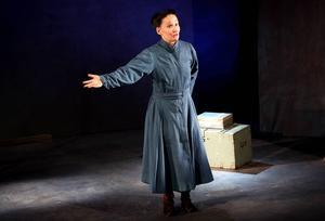 I en renlinjig scenografi och kostym i nedtonad färgskala rör sig Cecilia Persson genom Elsa Laulas liv och kropp.
