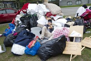Ungdomarnas hungerstrejk i Gävle avbruten. Sympatisörer hjälper till att plocka ner tält och annat.