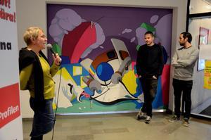 Nytt konstverk. Gertrud Åstrand, chef på kulturavdelningen i Kumla, höll i mikrofonen under invigningen av det nya konstverket på brandväggen mellan biblioteket och Ica Profilen. Foto: Åsa Eriksson