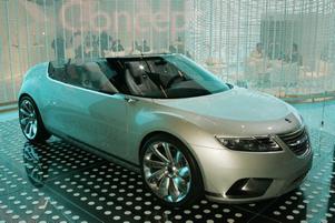 konceptbil. Ensam i ett hörn av salongen står fräcka Saab 9X Air. Cabrioletversionen av konceptbilen 9X som enligt rykten inte alls är långt borta från produktion. Konceptbilen har en liten bensinmotor som tillsammans med hybridteknik ger 200 hästkrafter, tillräcklig fart och så klart låga utsläpp.Men så ensam som Saab ser ut i mässhallen får vi hoppas att ägarna GM inte glömmer bort att producera bilen.