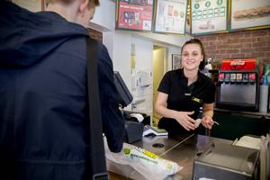 Maria Sandin, 22, stortrivs här på Subway i Härnösand. Hon och andra ungdomar kommer bli tiotusentals kronor dyrare varje år för sina arbetsgivare.
