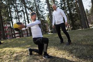 Fredrik Lindström träffar nya personlige tränaren Niclas Grön för ett första träningspass utanför Brux i Örnsköldsvik.