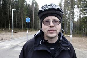 När jag såg grävmaskinerna anlända och att skogen togs ner, då började jag tro att vi äntligen skulle få cykelvägen, säger Lars-Göran Troeng som under barmarkssäsong kommer att använda den i stort sett dagligen till och från jobbet på ABB.