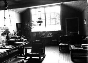 För hundra år sedan strömmade ljuset in i ateljén från öst. Gungstolen känner vi igen från Lilla Hyttnäs i Sundborn, familjen tog tydligen med sig den i flytten.