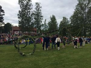 Traditionellt midsommarfirande vid Gällersta forngård.