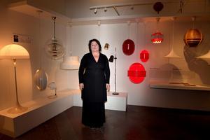 """Det går trender i belysning precis som i allt annat. Lotta Löfgren tittar på lampor från """"rymdåldern"""", det vill säga 1960- och 1970-talen, på Nordiska museets utställning Nordiskt ljus."""