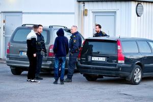 Polisen talar med två eventuella vittnen i Baronbackarna.