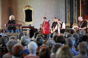 Närmare 300 åhörare i Revsunds kyrka sjöng med och klappade takten när Hoven Droven i går kväll spelade både finstämt och rivigt tillsammans med Merit Hemmingsson.