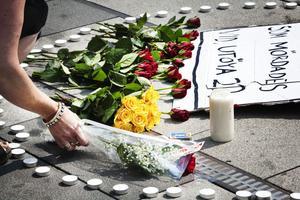 Många Gävlebor samlades på Stortorget vid lunchtid på måndagen. Många lämnade blommor och deltog i en stunds tystnad för att hedra de norska offren.