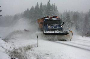 Att snabbt få undan snön och vägen farbar är det primära för vinterväghållningen.