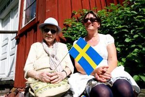 Sol och sång. Anna-Maria Ohlén Ramstedt och Barbro Saarinen Grahn njöt av solsken och körsång på nationaldagsfirandet i Folkärna.