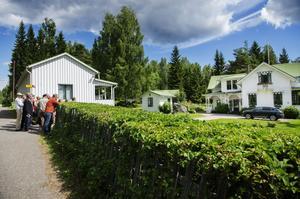 Villa Hällnäs till höger.