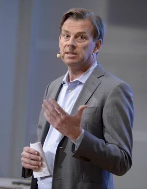 Stuguns socialdemokrater kräver besked av Swedbanks vd Michael Wolf.