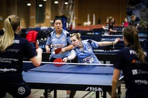 Cloae Thomas och Michelle Quach, vann den jätteviktiga dubbelmatchen mot Falköping vid matchställning 3-3. ås drog sen ifrån och vann totalt med 6-3.
