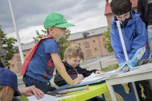 Barnen är noggranna när de tecknar sina skepp.